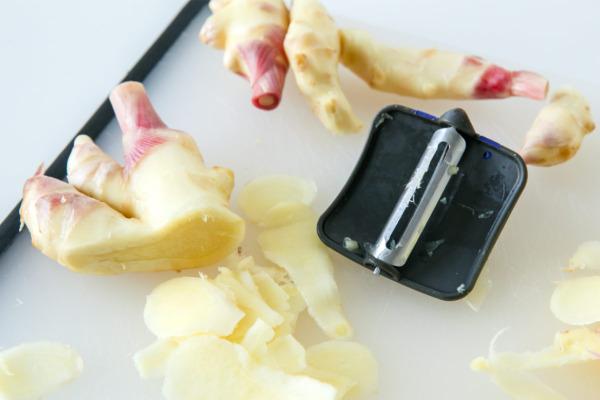 Thinly sliced ginger for pickling