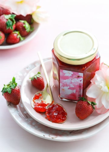 How to make Homemade Strawberry Jam flavored with cherry blossoms