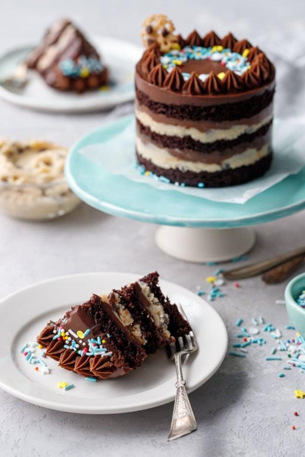 Кусочек голого слоеного теста из мини-шоколада и печенья